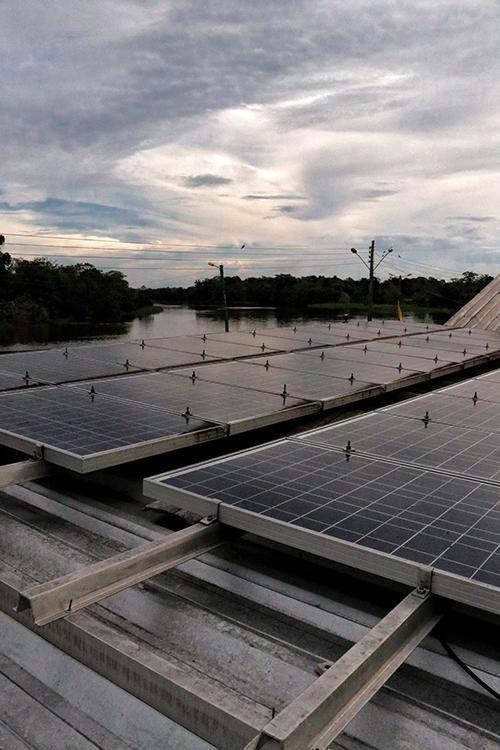 Painéis solares que alimentam as máquinas de gelo.(Vandré Fonseca/Amazônia Real)