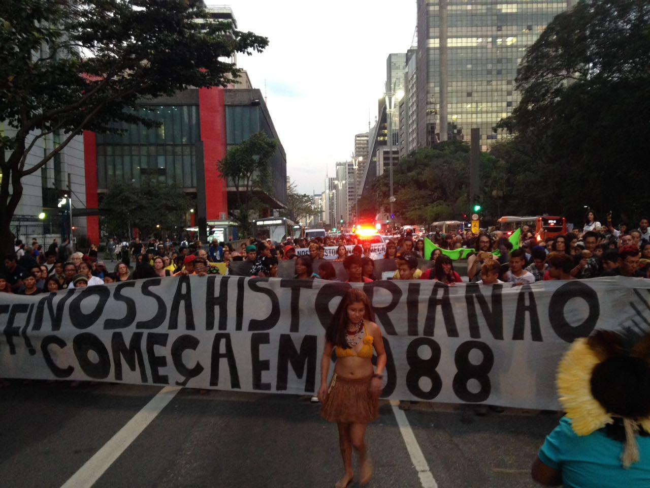 """Ato indígena """"Nossa História não Começa em 1988"""" toma conta da Avenida Paulista"""