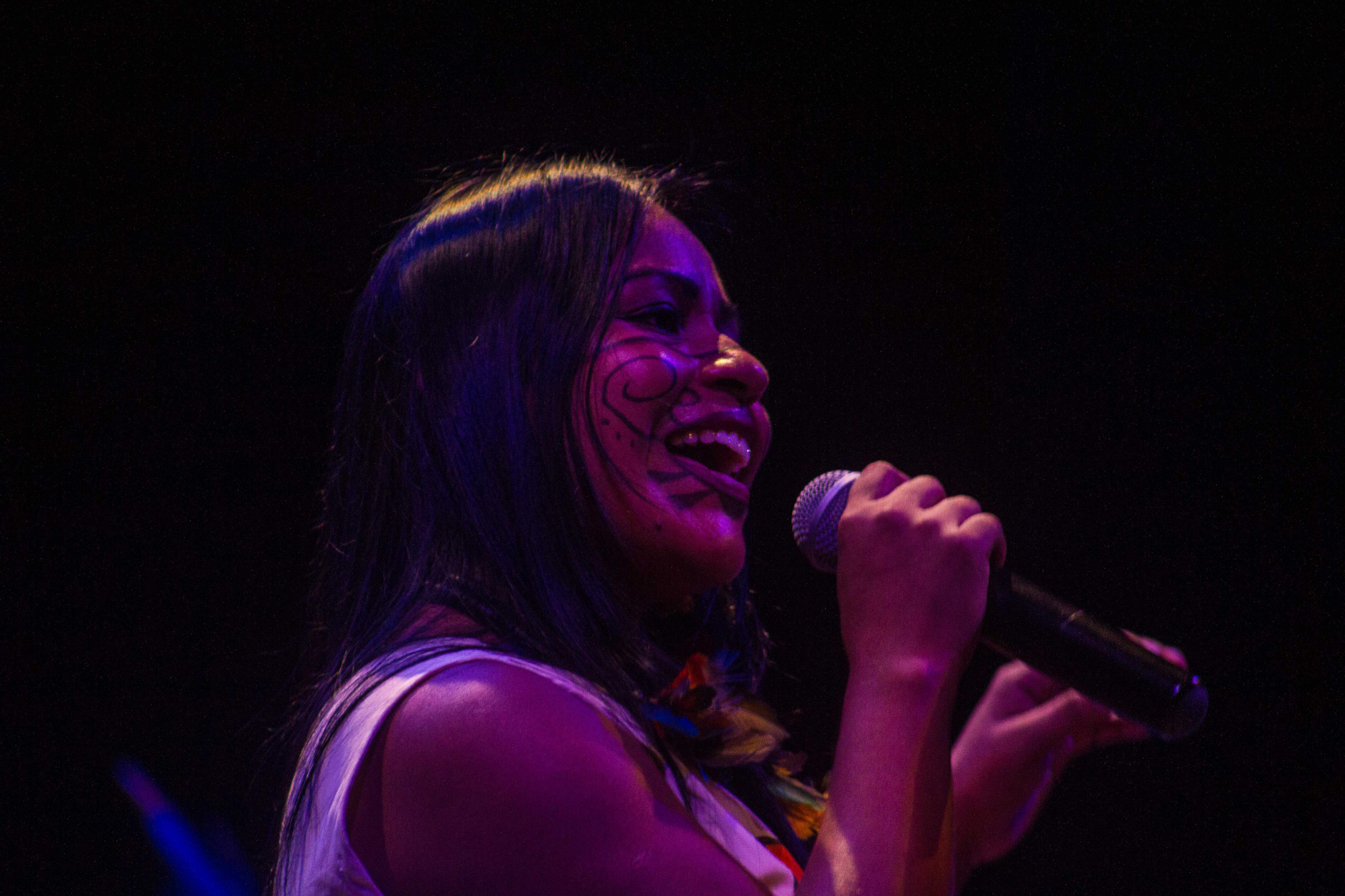 Djuena Tikuna canta no Teatro Amazonas