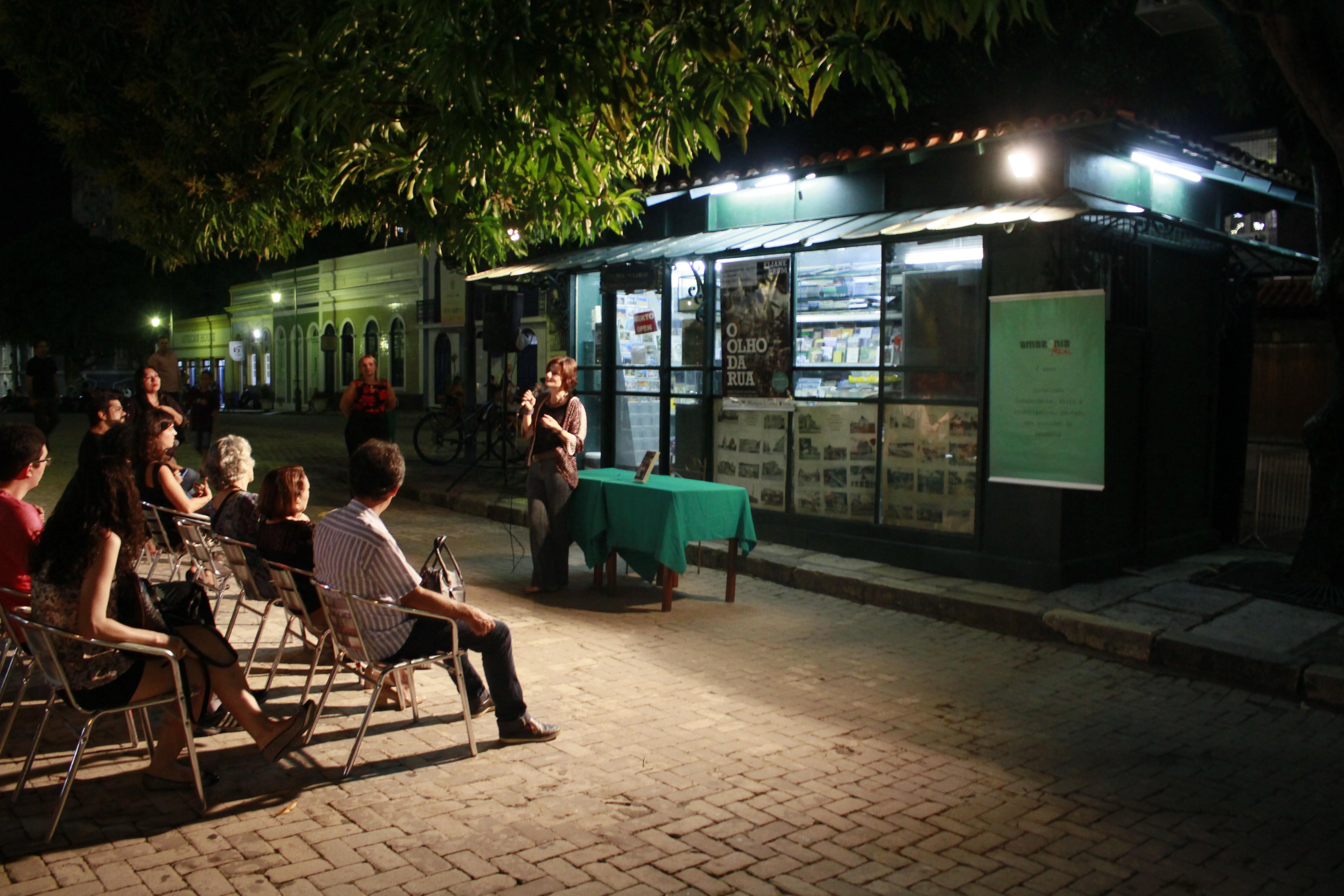 """Banca do Largo faz """"maratona"""" de 4 noites de autógrafos com escritores, em Manaus"""