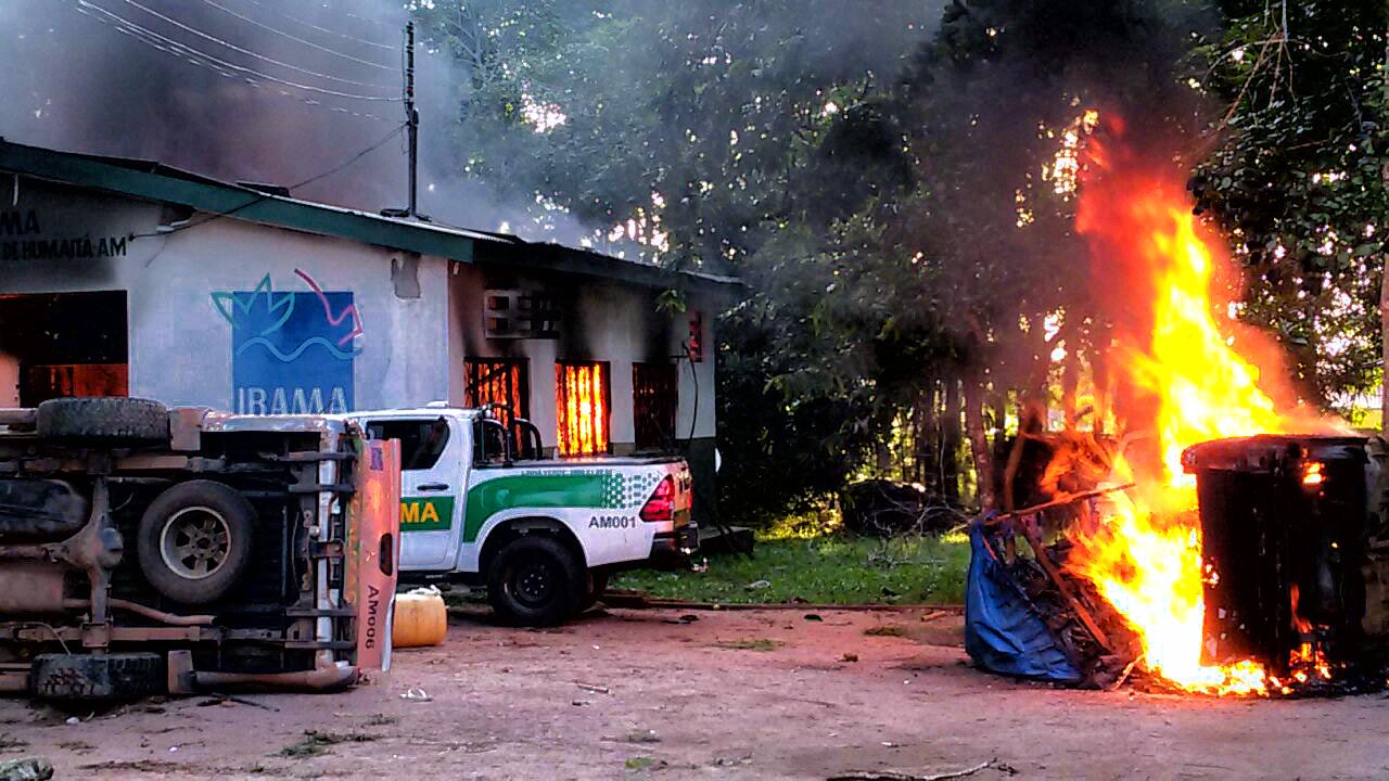 Prédios e carros de órgãos ambientais em Humaitá, no Amazonas, são incendiados por garimpeiros