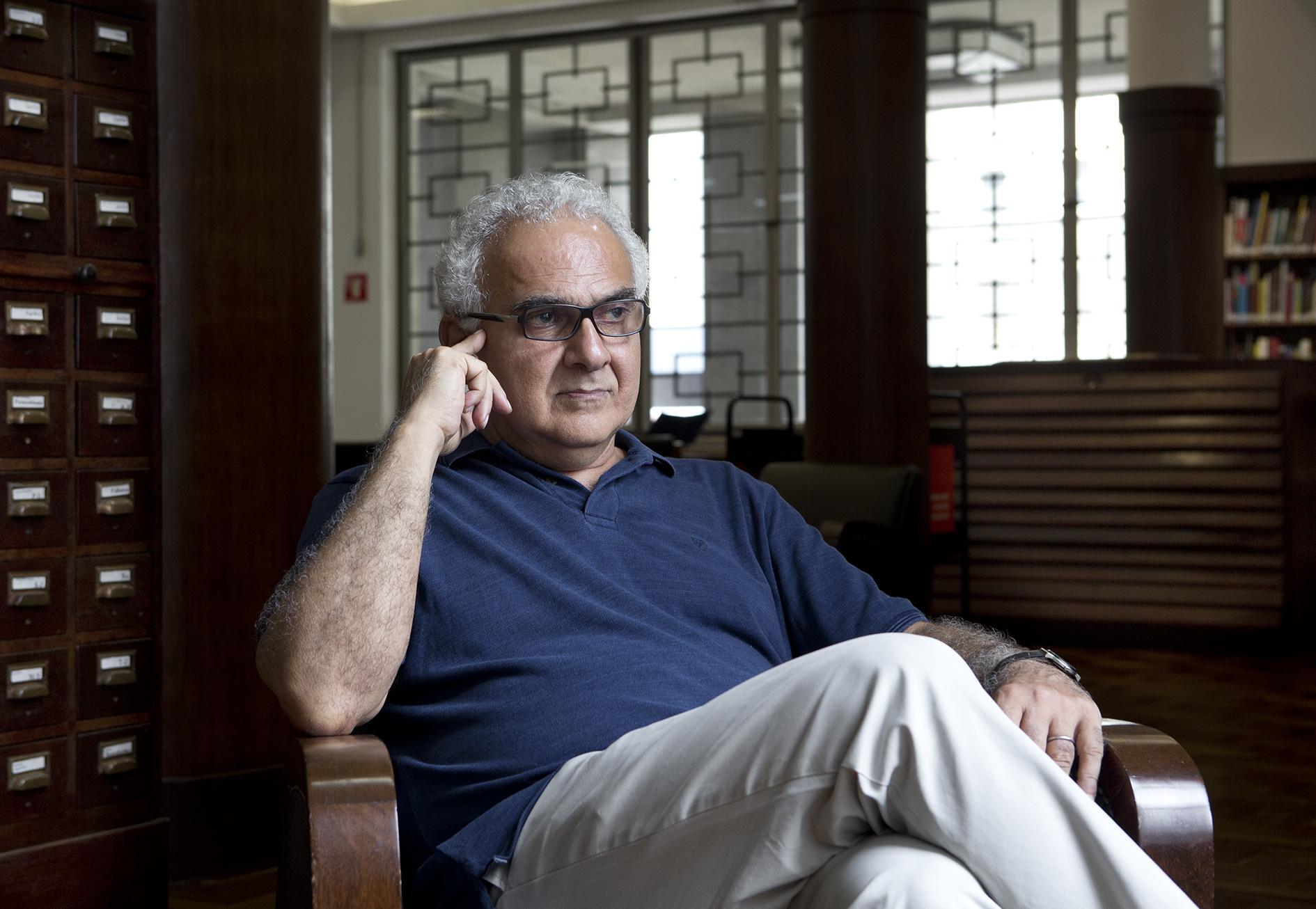 """""""O Brasil sempre foi um país colonizado, com uma República mascarada"""", diz Milton Hatoum"""