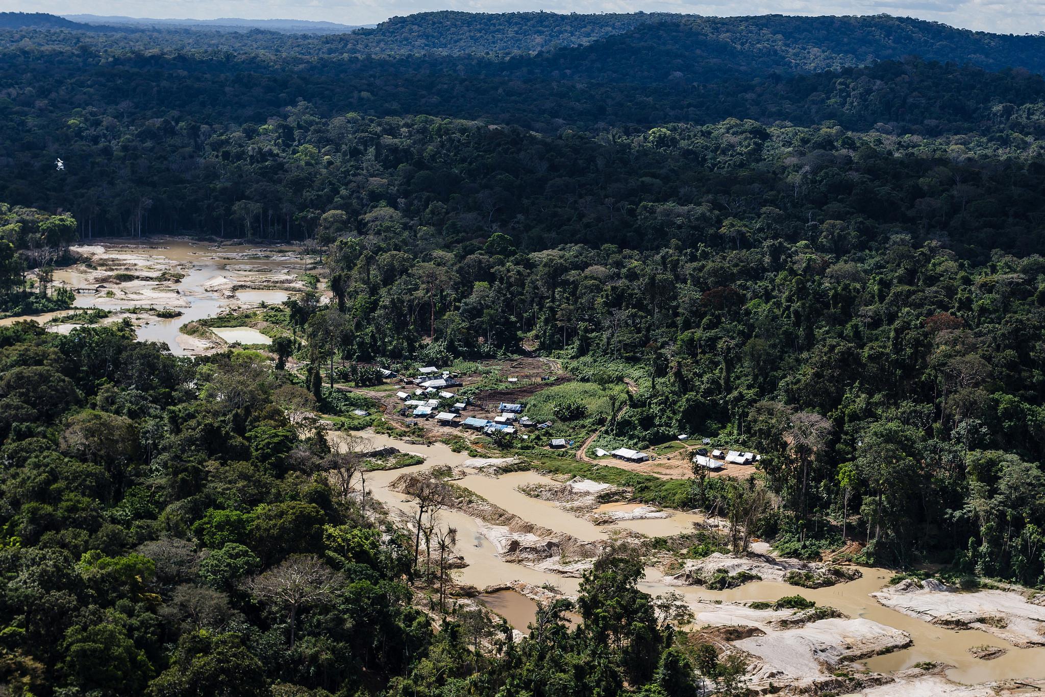 Garimpo provoca a morte de rios e traz doenças aos índios Munduruku, no Pará