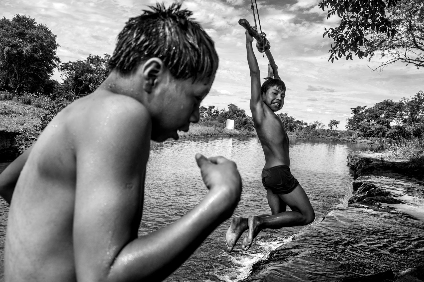 Exposição 'Mantenho o que disse' traz os olhares de Ana Mendes e Pablo Albarenga sobre os Guarani Kaiowá, em Montevidéu