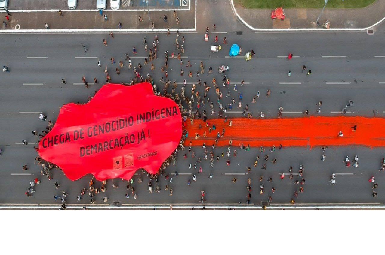 """Indígenas deixam """"rastro de sangue"""" em protesto do ATL contra o genocídio"""