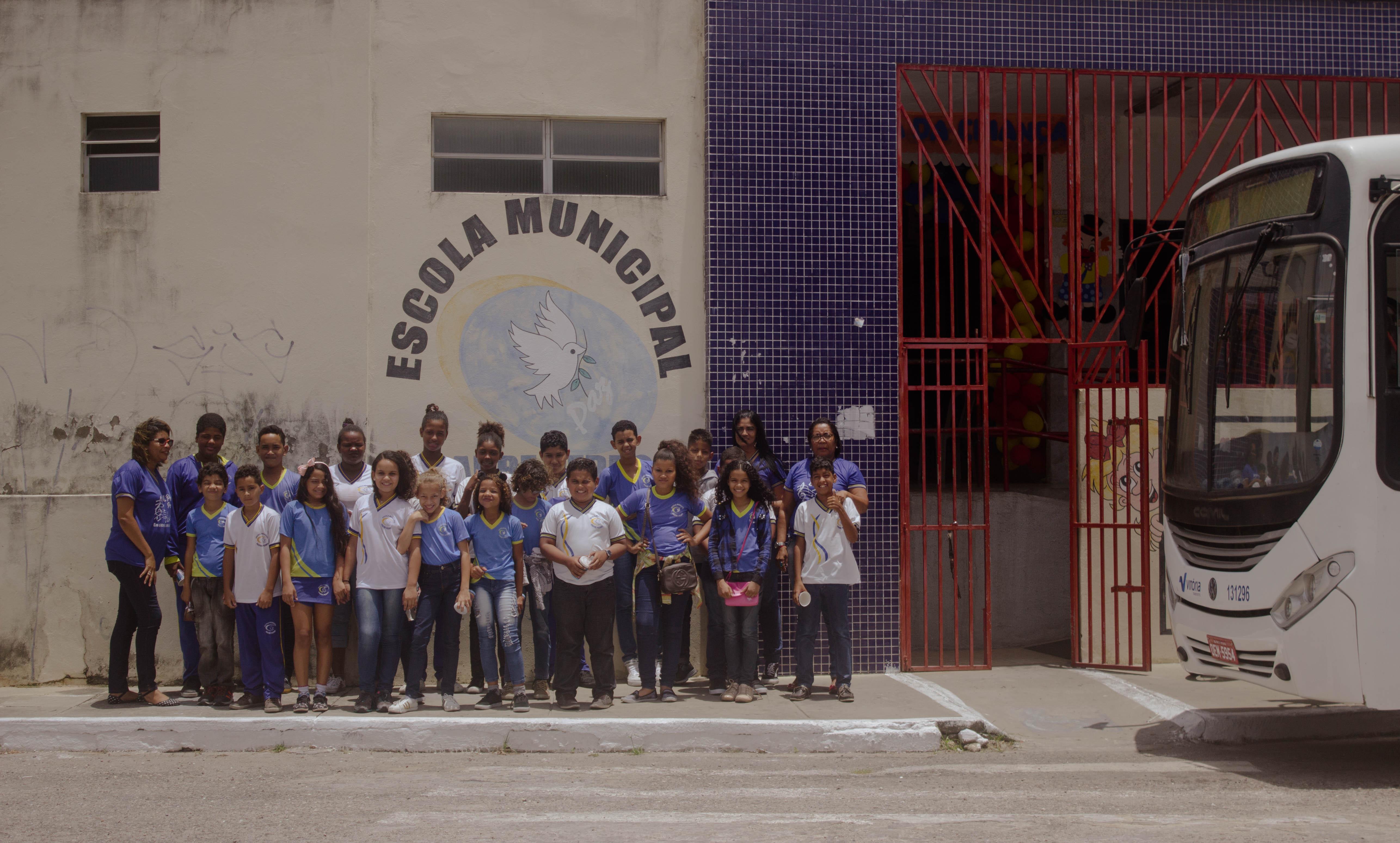 """""""Remando contra a maré"""": a geladeira que virou uma biblioteca em Sergipe"""