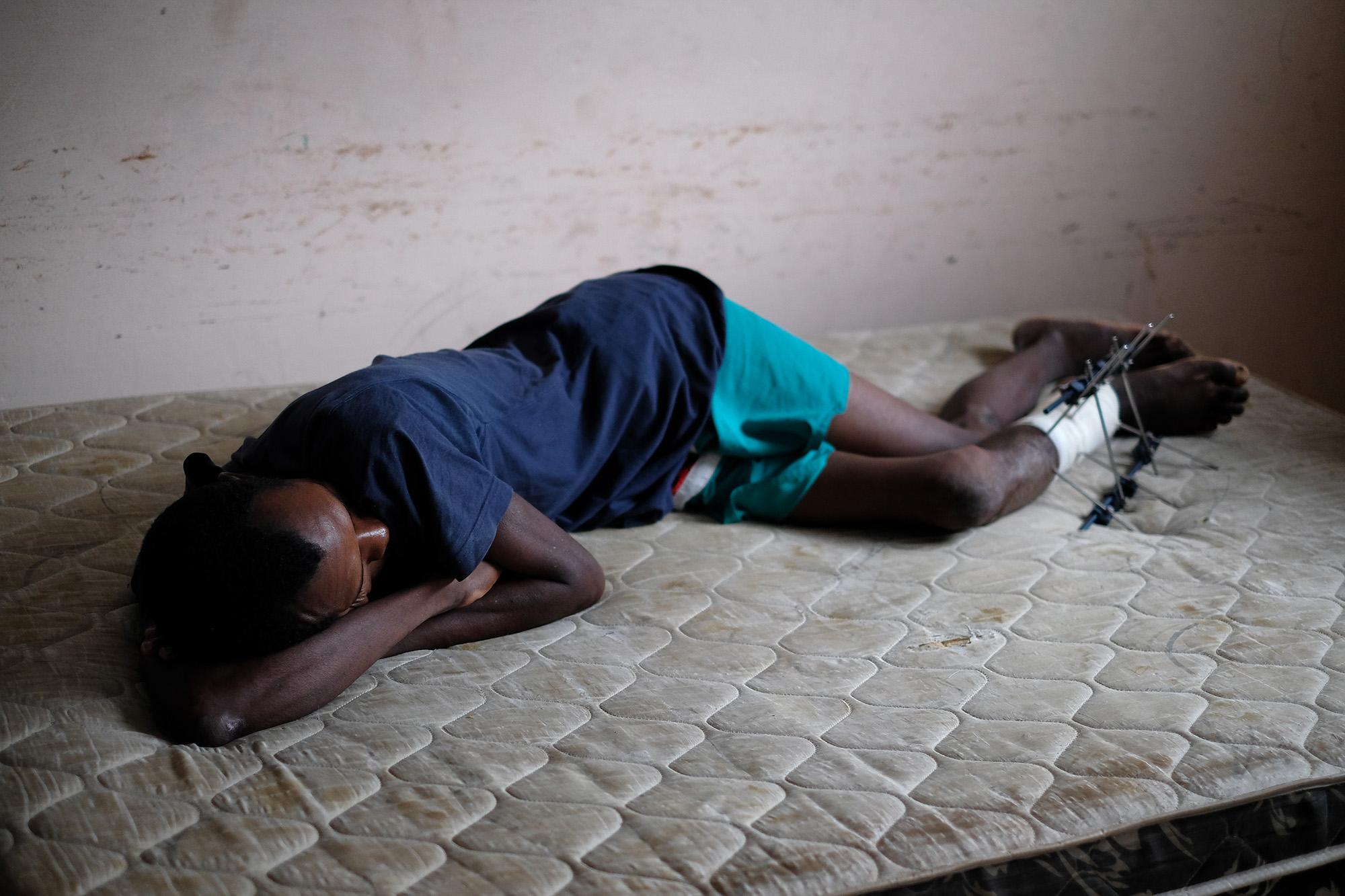 Pastoral do Migrante acusa o hospital 28 de Agosto de abandonar haitiano na calçada de paróquia, em Manaus
