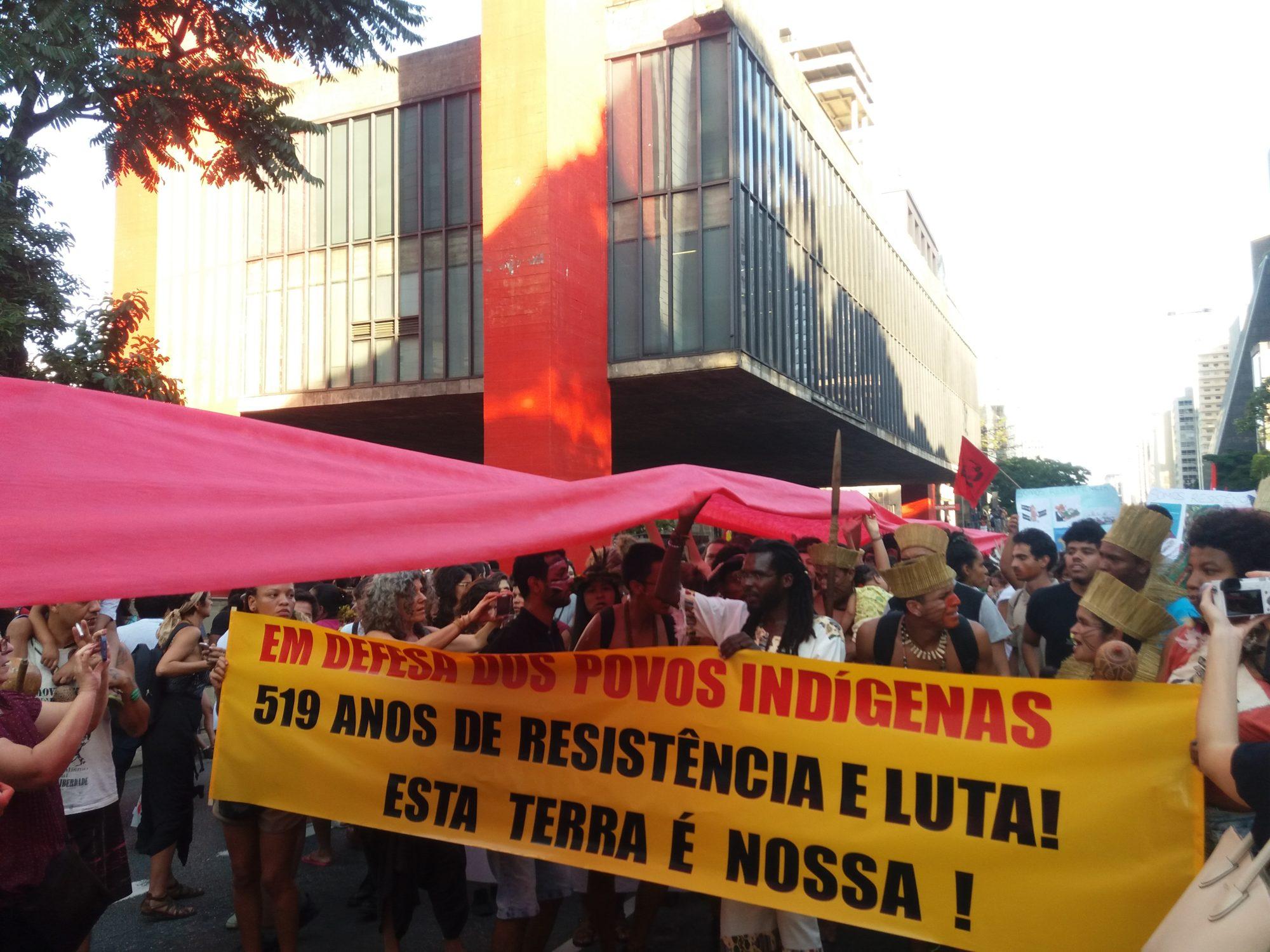 """Guarani estendem faixa vermelha na Avenida Paulista para simbolizar """"nenhuma gota a mais"""""""