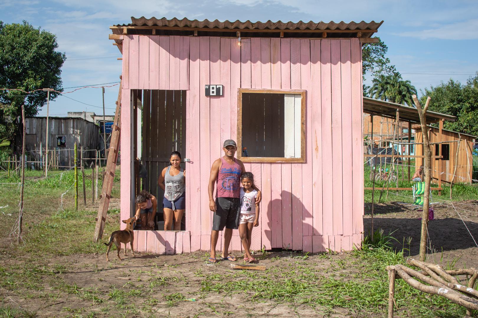 Sem moradia – uma casa da Barbie sem cama nem banheiro, em Belém
