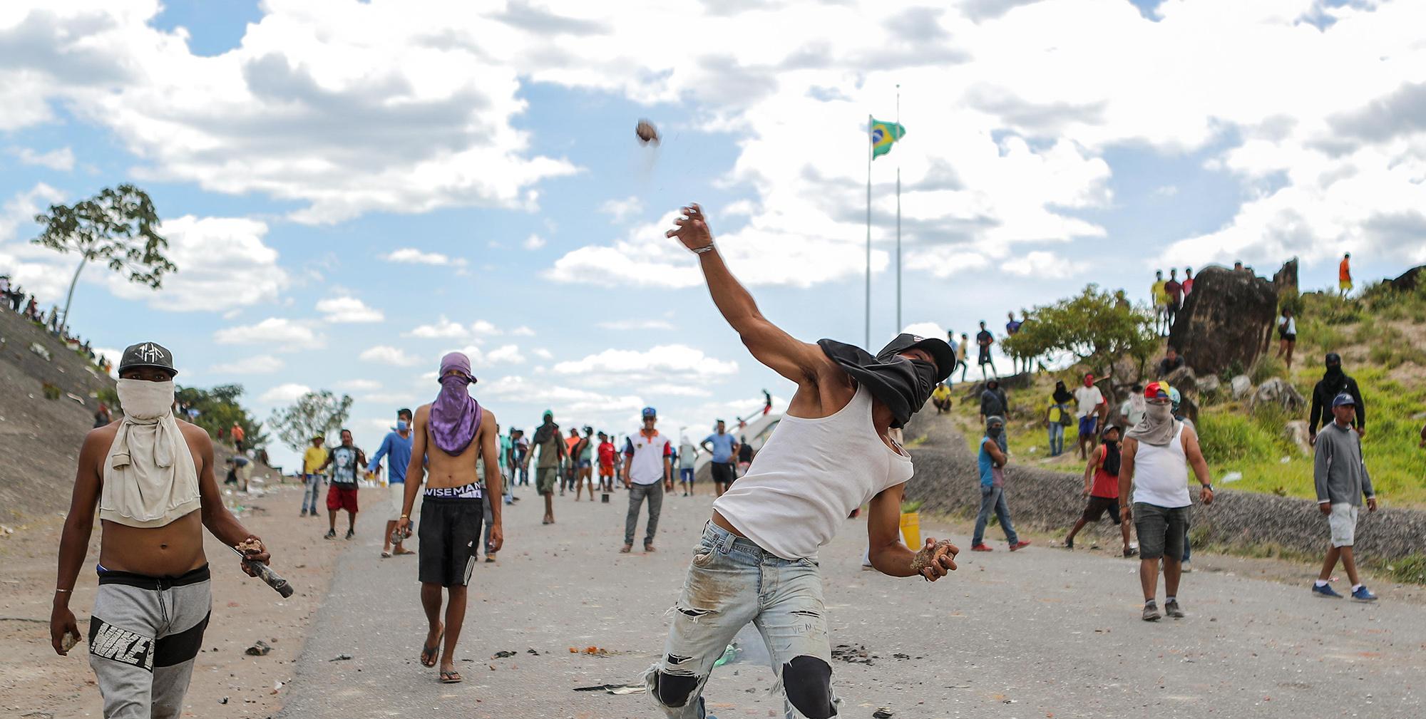 Venezuelanos relatam o drama de chegar pela trincheira ao lado brasileiro da fronteira