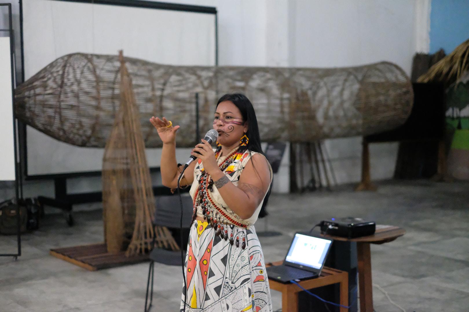 Djuena Tikuna lança documentário e portal para divulgar artistas indígenas