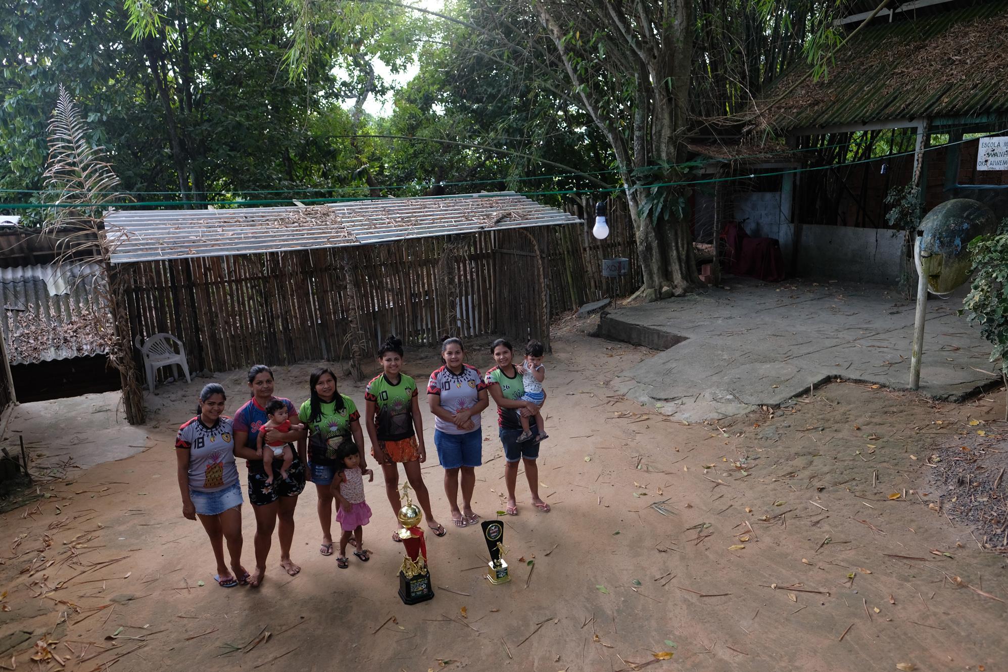 Mulher joga futebol: a superação das indígenas do time Hiwy