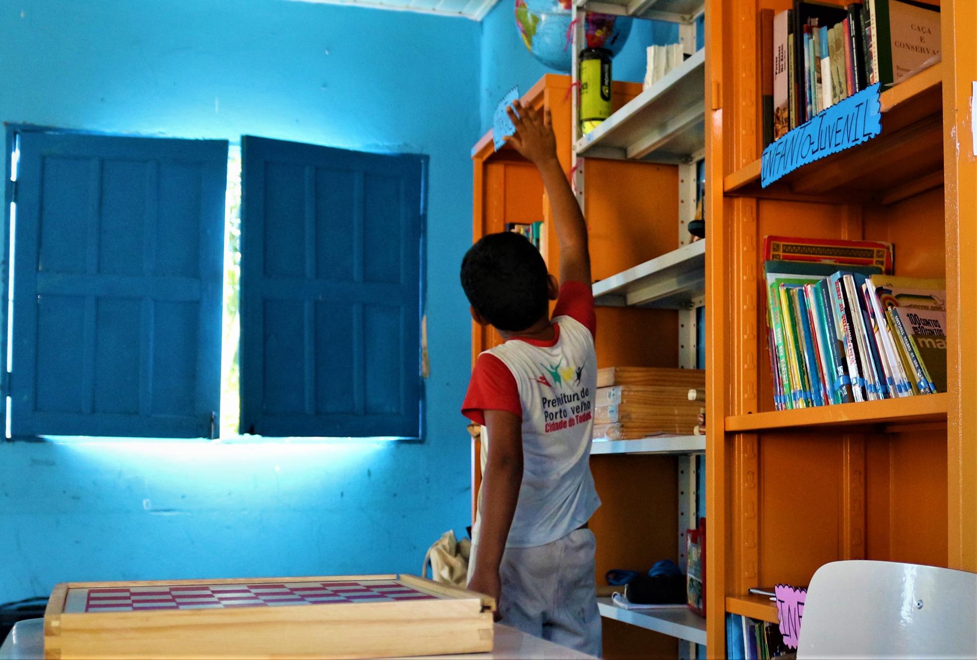 Sem aulas há nove meses, crianças vão à biblioteca por conta própria, em Rondônia