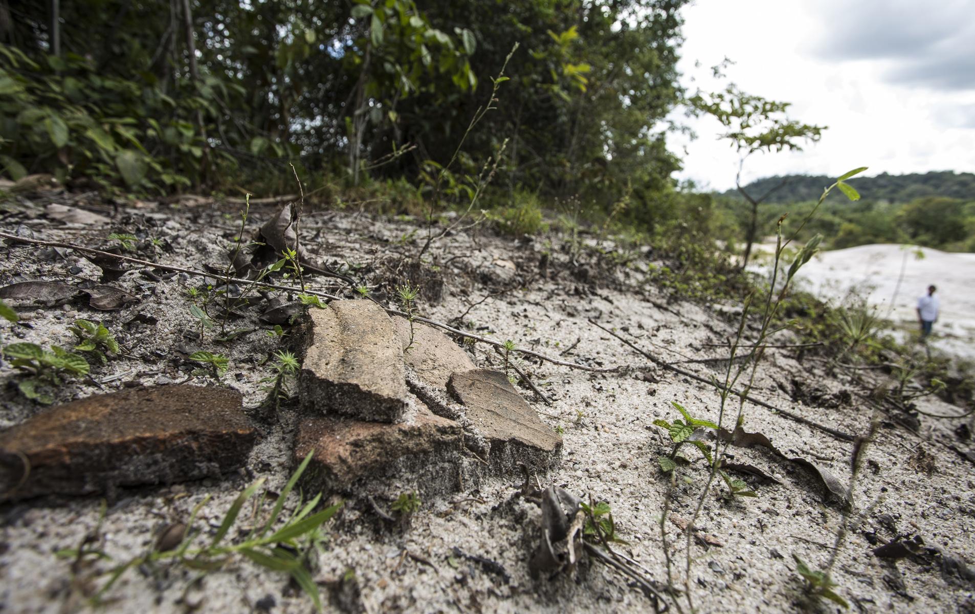 Artefatos milenares são destruídos por tratores de mineradoras em Manaus