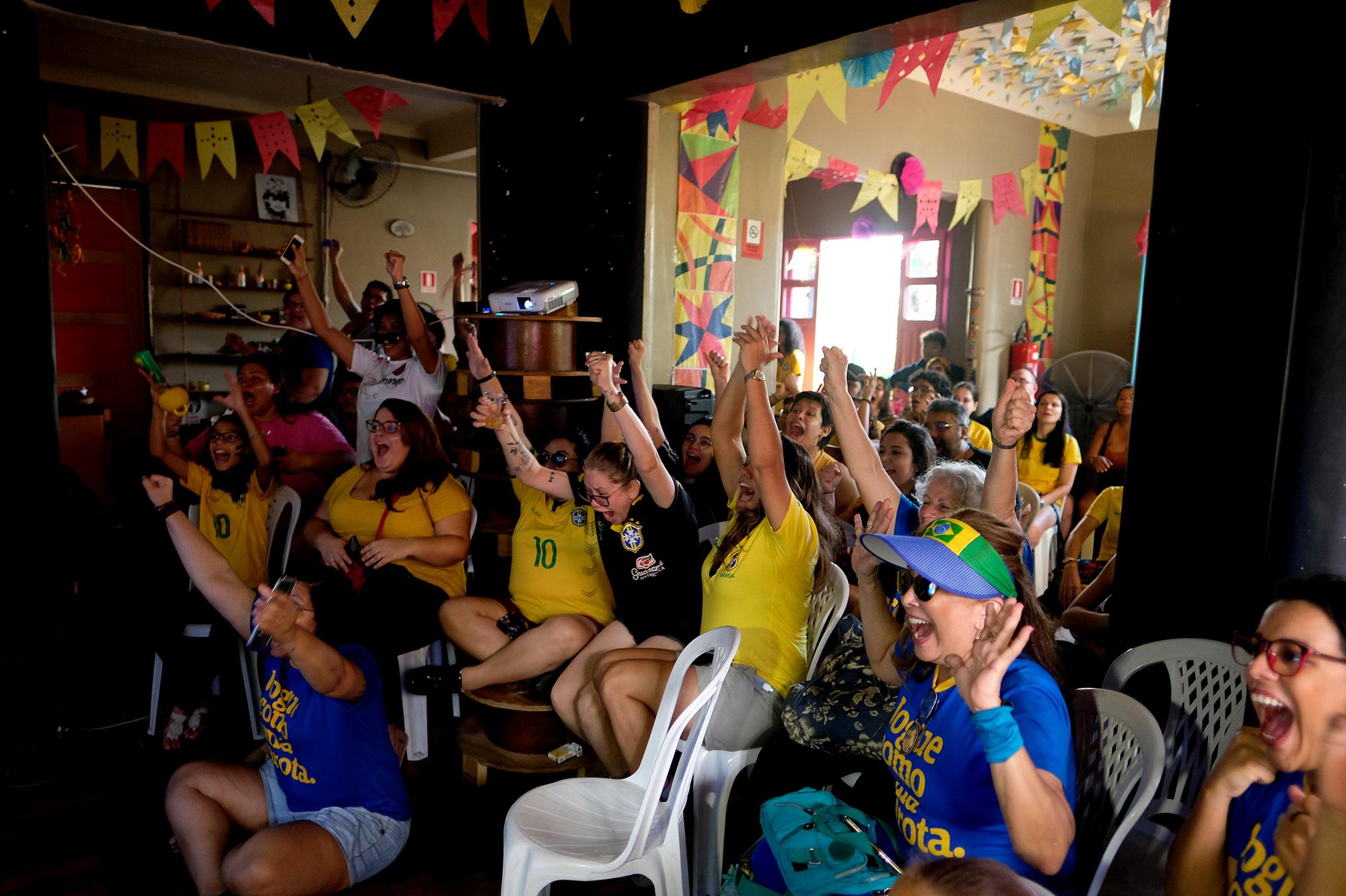 No Amazonas, mulheres vibram com a vitória de 3 a 0 do Brasil contra a Jamaica