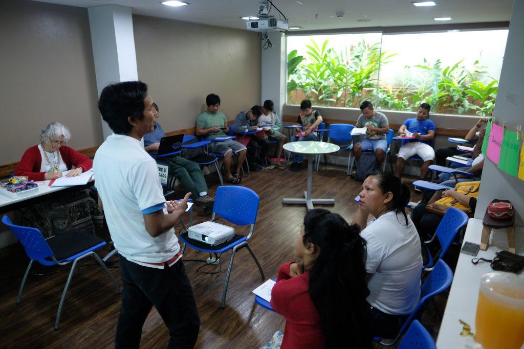 O antropólogo João Paulo Barreto ministrando oficina para os jovens em Manaus (Foto: Alberto César Araújo/Amazônia Real)
