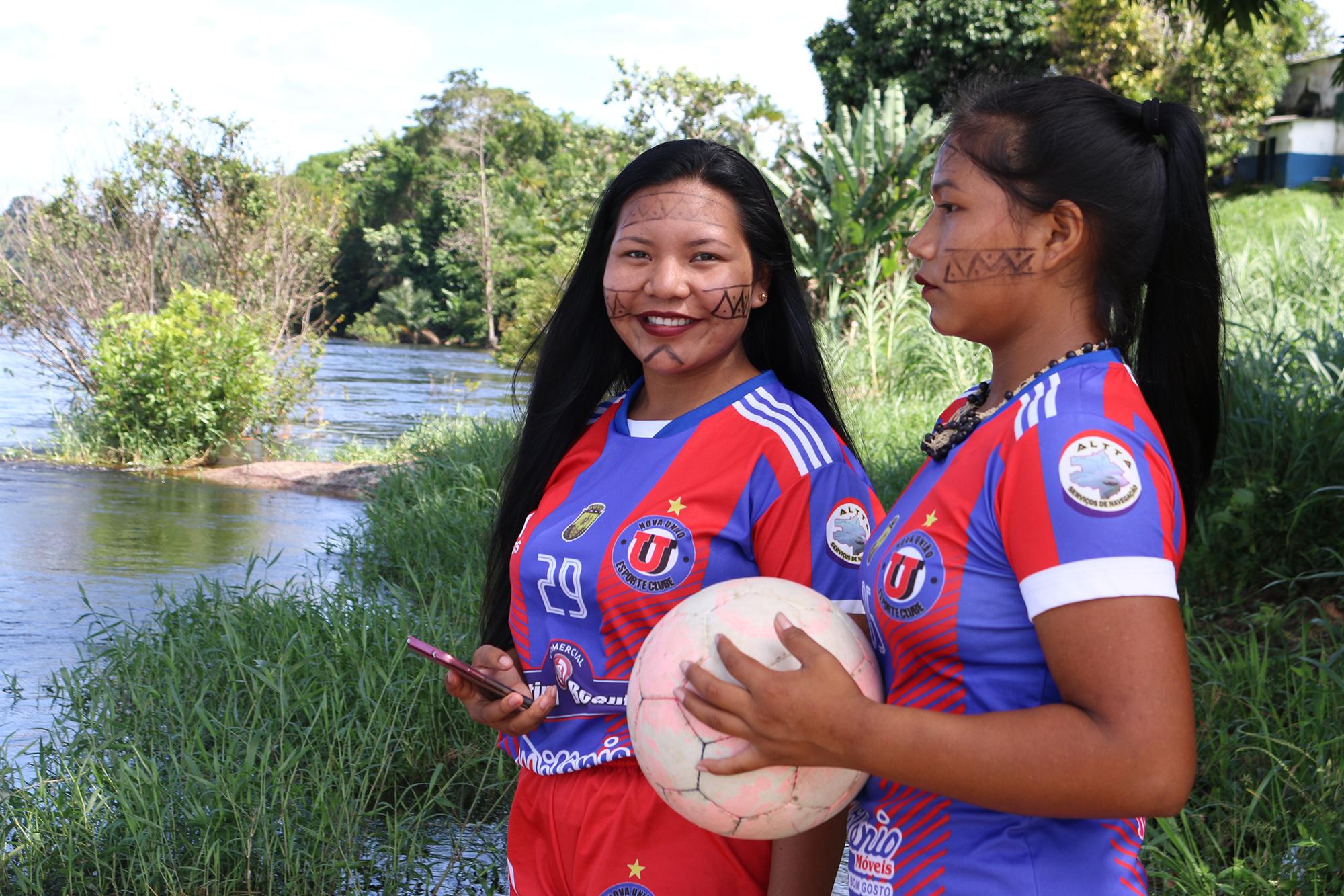 Mulher joga futebol: jogadoras de São Gabriel da Cachoeira querem um campo e escola
