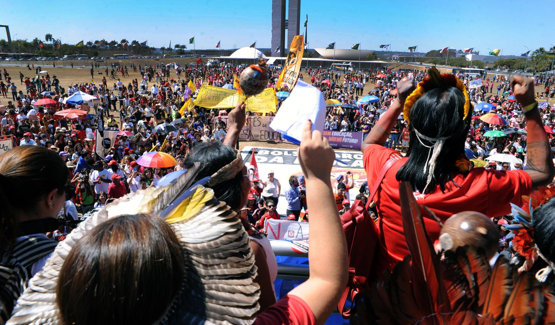 Mulheres indígenas protestam contra ameaças de Bolsonaro