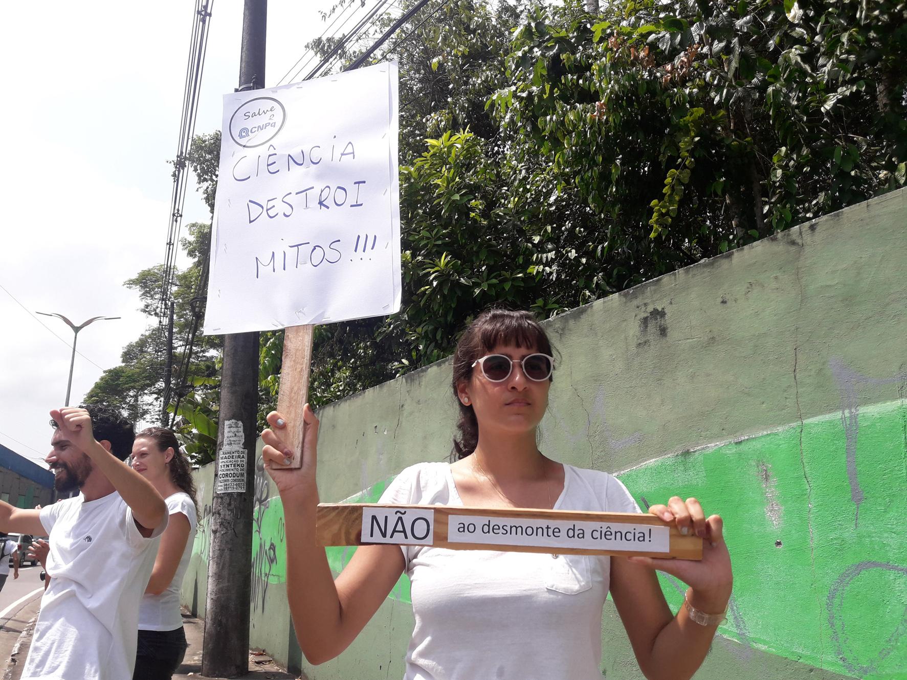 """Inpa recebe """"abraço"""" em ato contra cortes de Bolsonaro e diretora chama a polícia"""