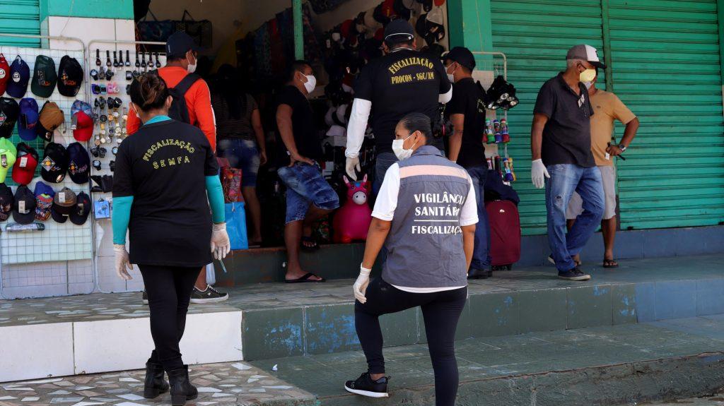 Fiscais orientam população em São Gabriel da Cachoeira na terça-feira, 28 de abril (Paulo Desana/Dabakuri/Amazônia Real)