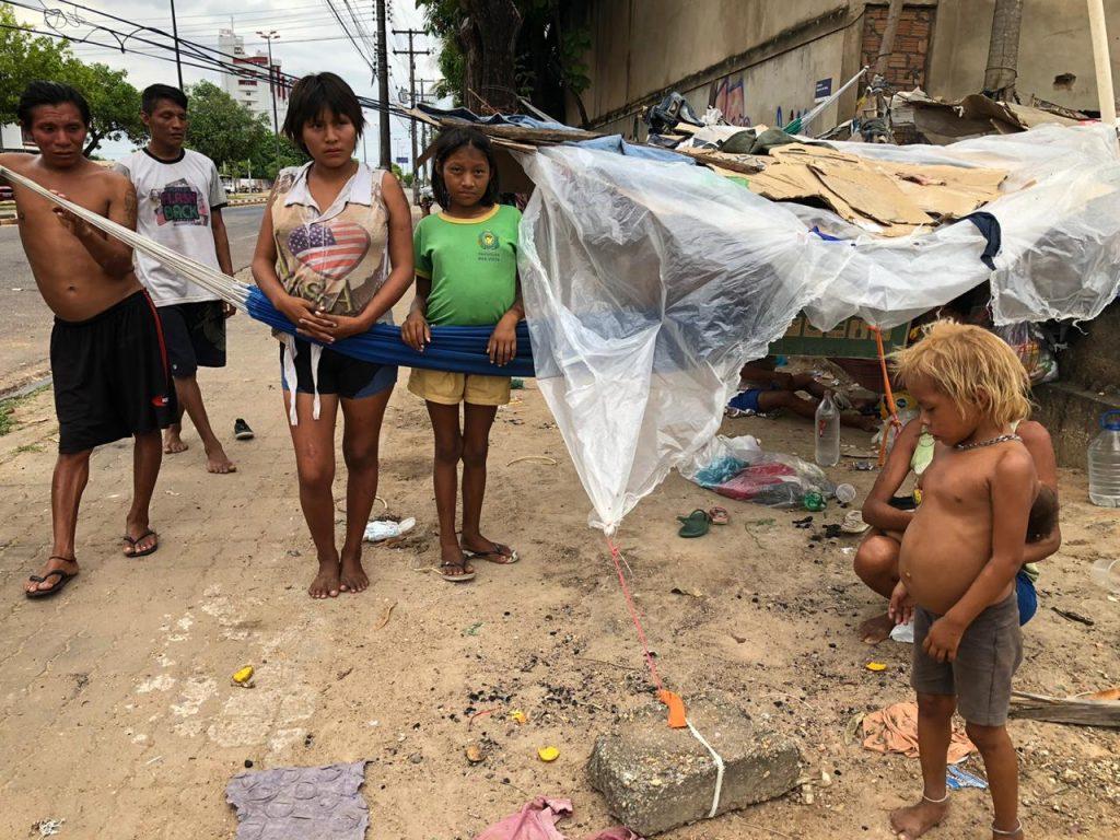 Indígenas Yanomami da aldeia Xexena nas ruas de Boa Vista (Foto: Emíly Costa/Amazônia Real) Costa/Amazônia Real)