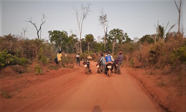 Indígenas encontram invasores na estrada da TI na bacia do Juruena (Giovani Tapura)