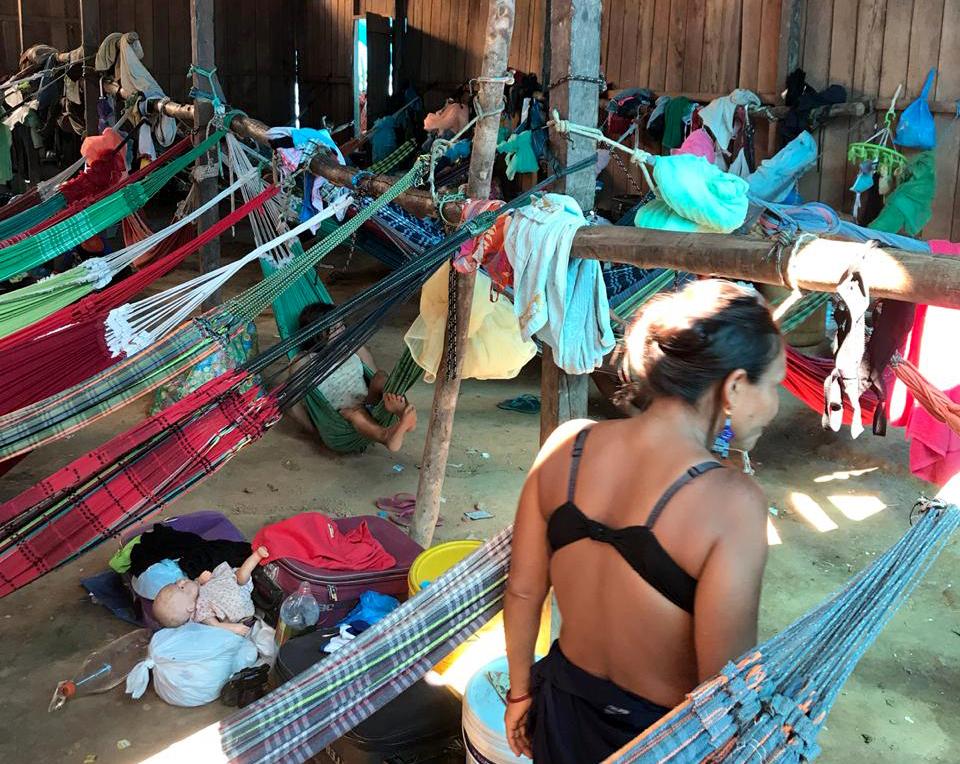 Barracão onde os Yanomami ficam alojados em condições precárias (Foto: Ana Amélia Hamdan/Amazônia Real)