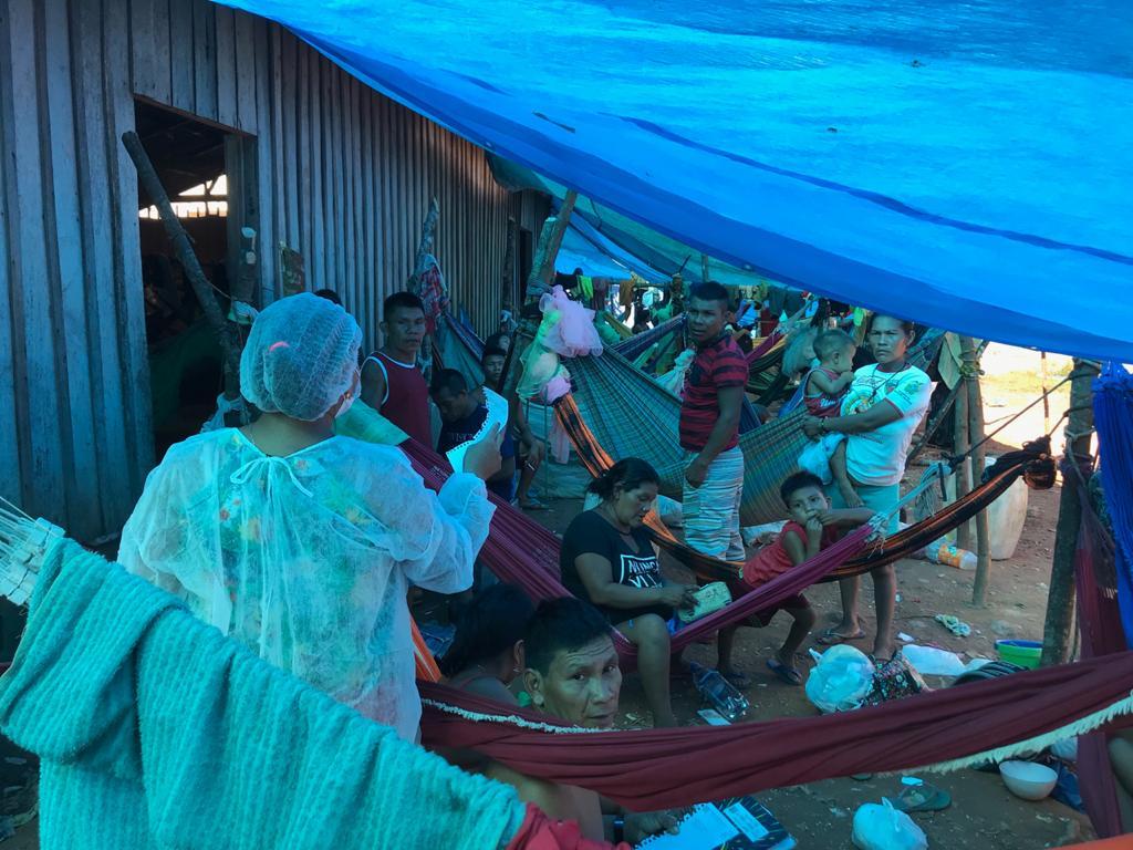 Grupo de Yanomami estendeu lona na parte externa do galpão às margens da BR-307 (Ana Amélia Hamdan/Amazônia Real)