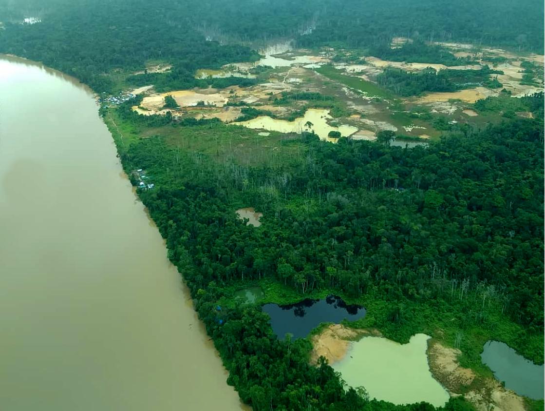 Garimpeiros agora lançam bombas de gás lacrimogêneo em aldeia Yanomami
