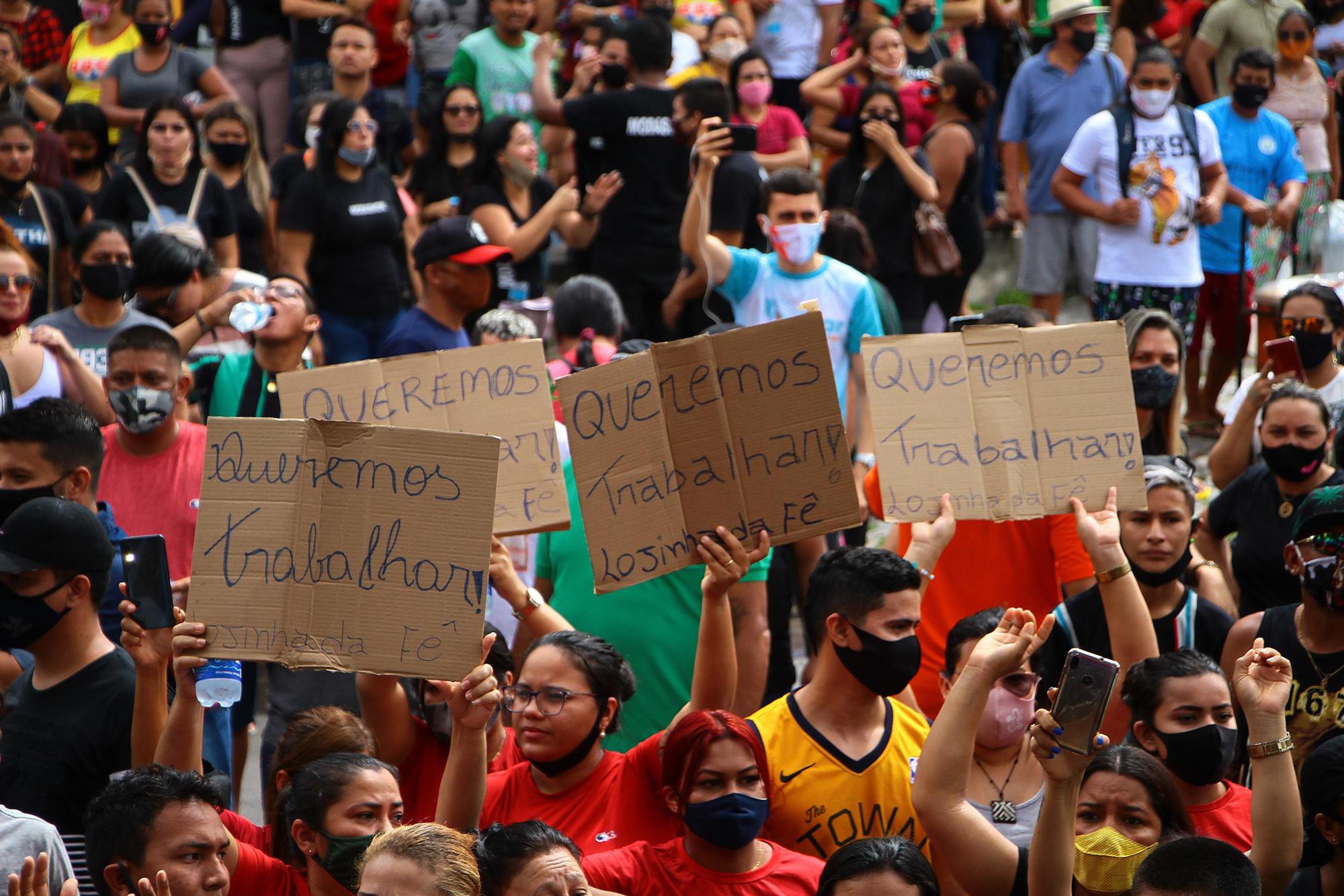 """Pandemia: Comerciantes protestam contra decreto e gritam """"Fora Wilson Lima"""", em Manaus"""