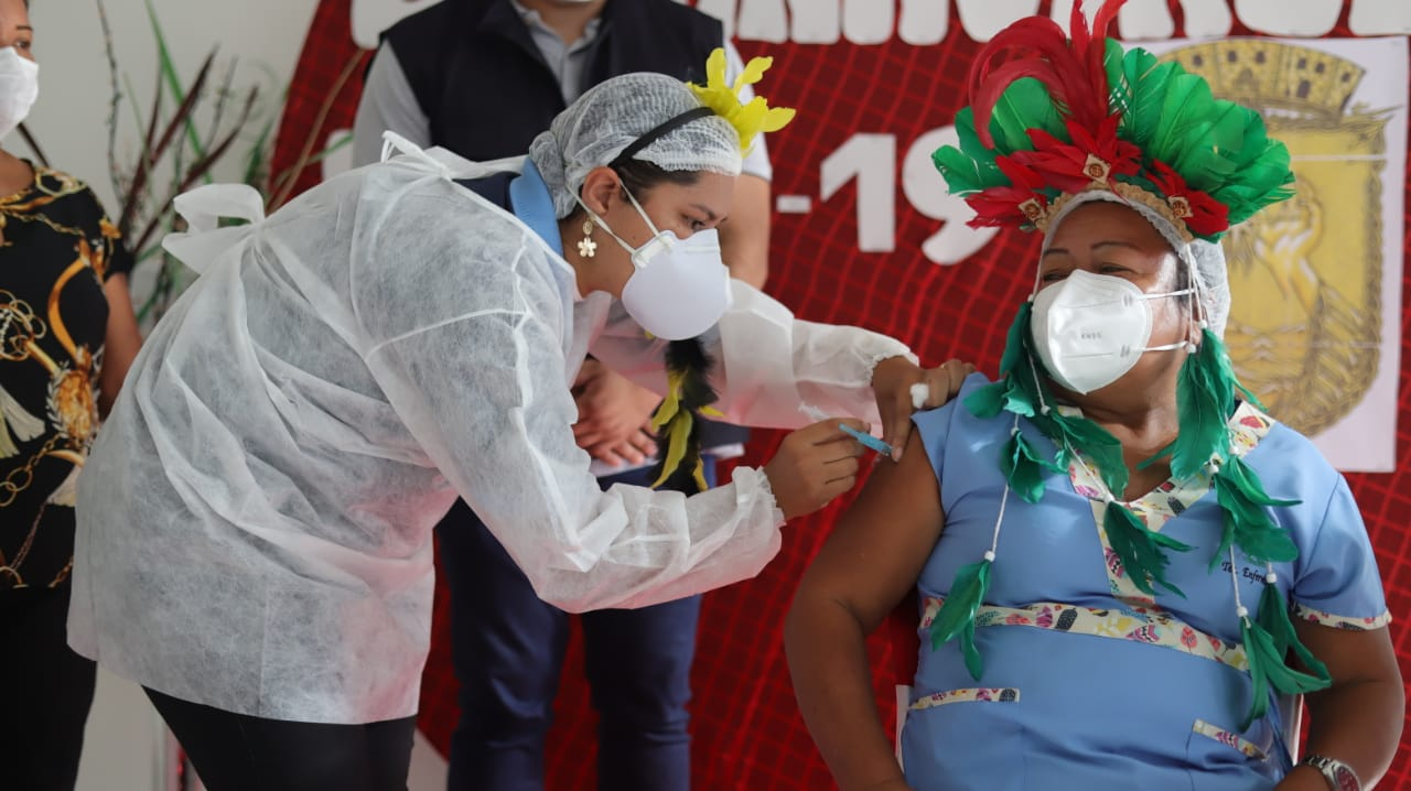 Imunização de indígenas tem muitas fotos para poucas vacinas