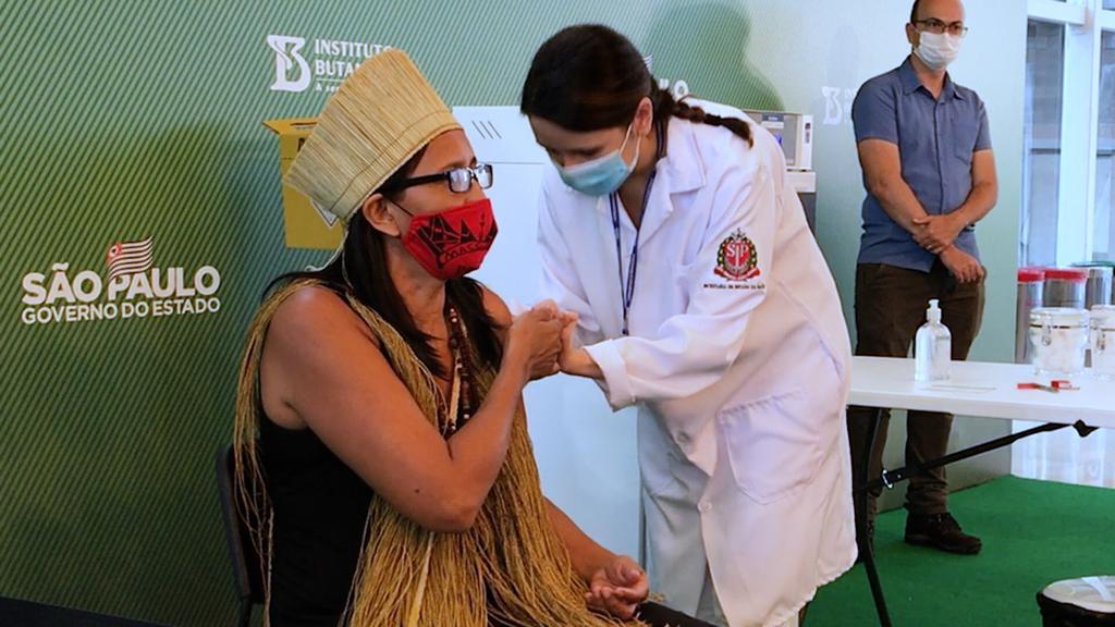 """O Brasil todo é terra indígena, é pindorama. Temos que ser vacinados"", diz Vanuza Kaimbé"