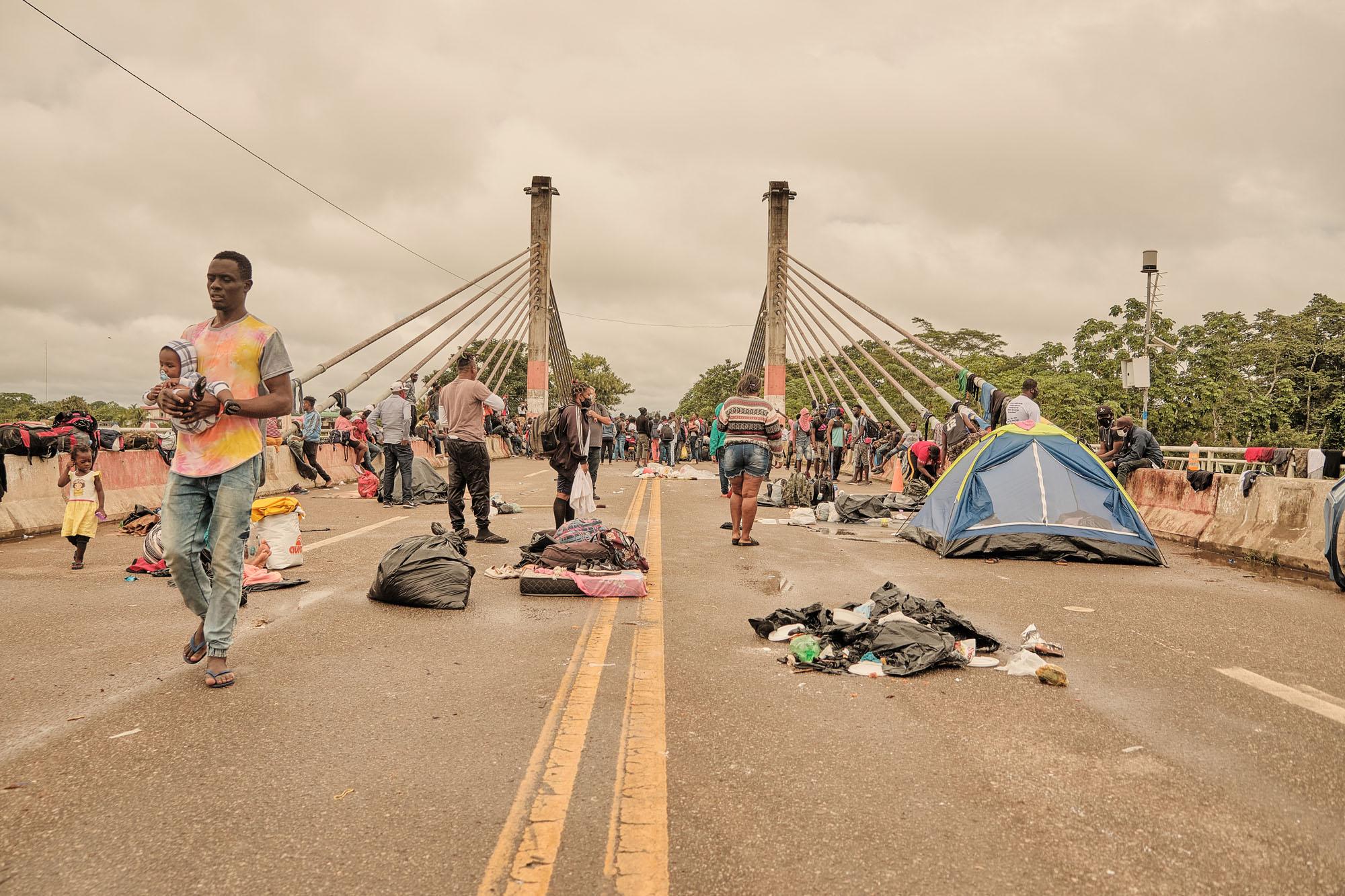 Imigrantes deixam ponte que liga Brasil e Peru