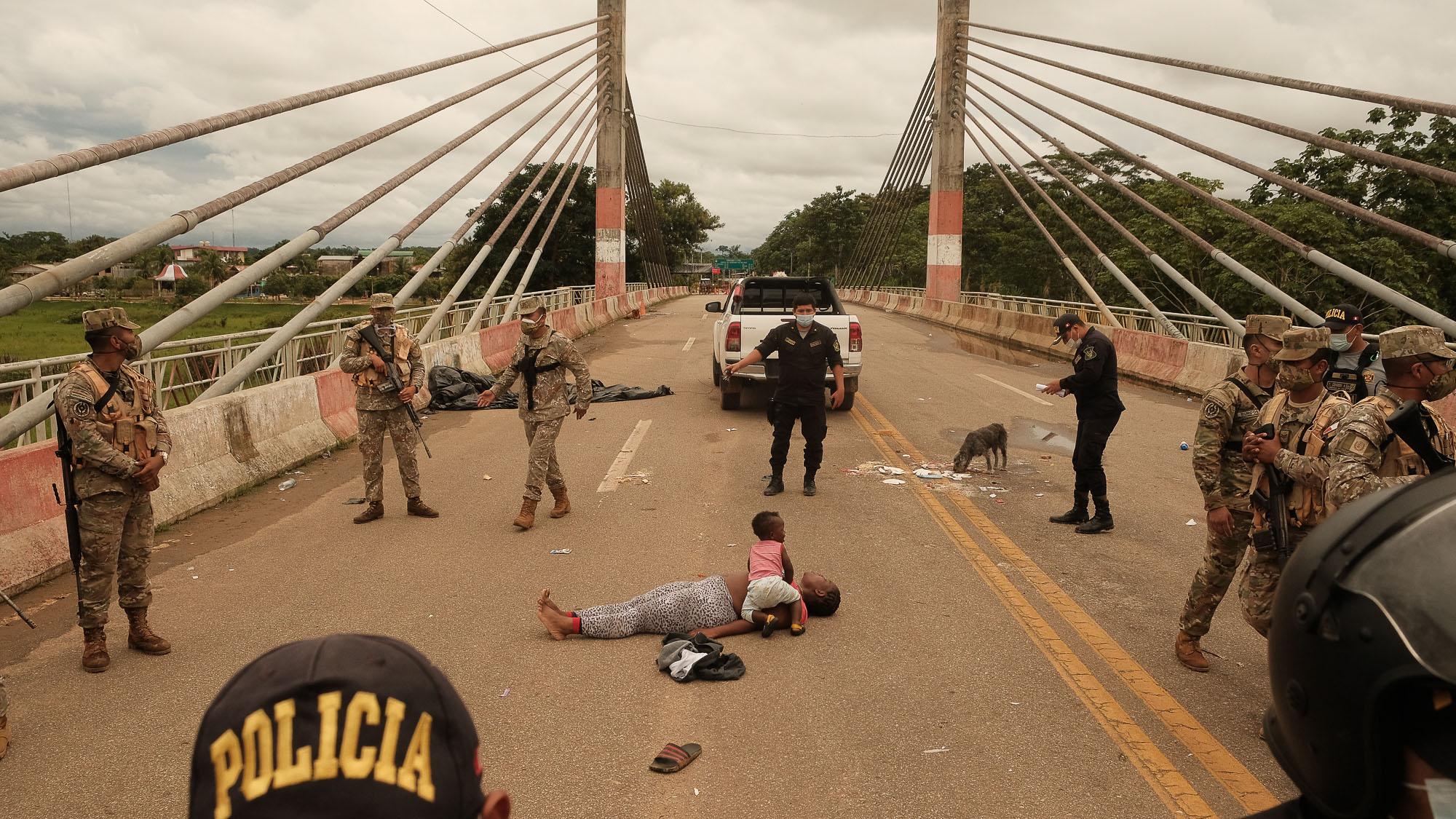 Caos na Pandemia: Com força policial, Peru expulsa imigrantes para o Brasil