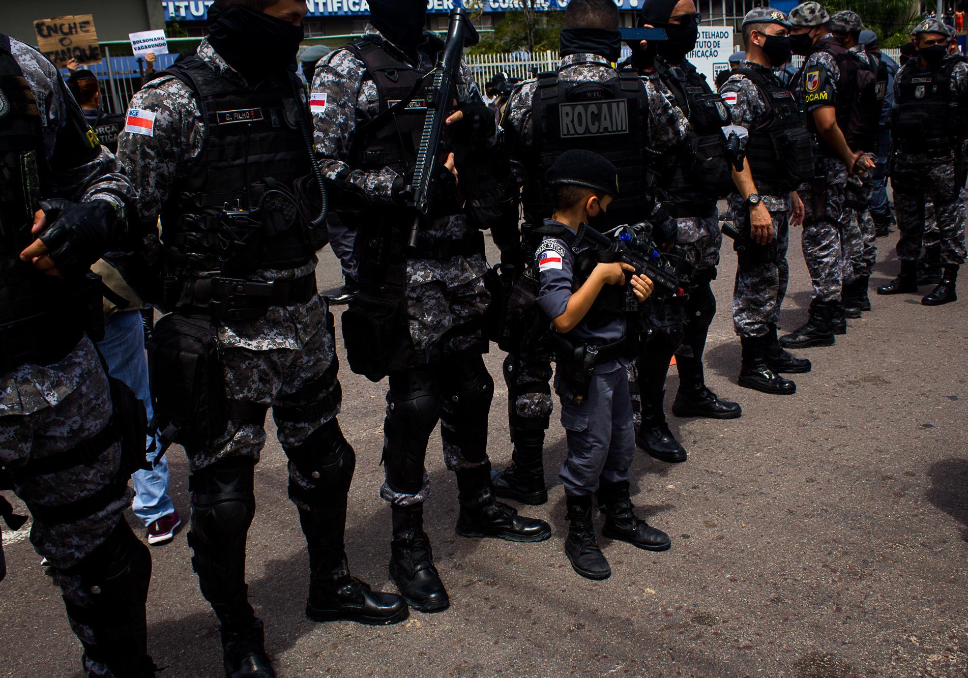 """""""Aponta aí?"""", diz Bolsonaro para menino com fuzil de brinquedo, em Manaus"""