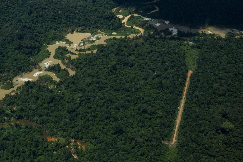 Garimpo e uma pista de pouso clandestina na região do rio Couto de Magalhães na TI Yanomami (Foto: Bruno Kelly/Amazônia Real)