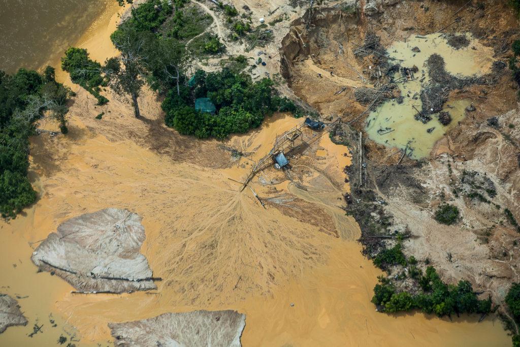 A legislação brasileira proíbe a exploração mineral em áreas indígenas, mas inquéritos da PF investigando apenas o garimpo nos Yanomami somam mais de 5 mil páginas (Foto: Bruno kelly/Amazônia Real)