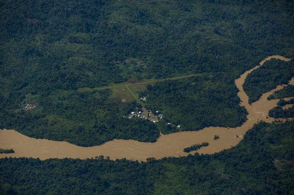 Comunidade à margem do rio Uraricoera próximo área de conflito (Foto: Bruno Kelly/Amazôna Real)