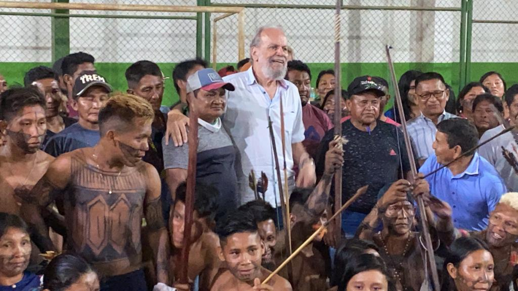 Main picture Zé Altino among the Munduruku people that support mining activities (Photo: Personal archives)