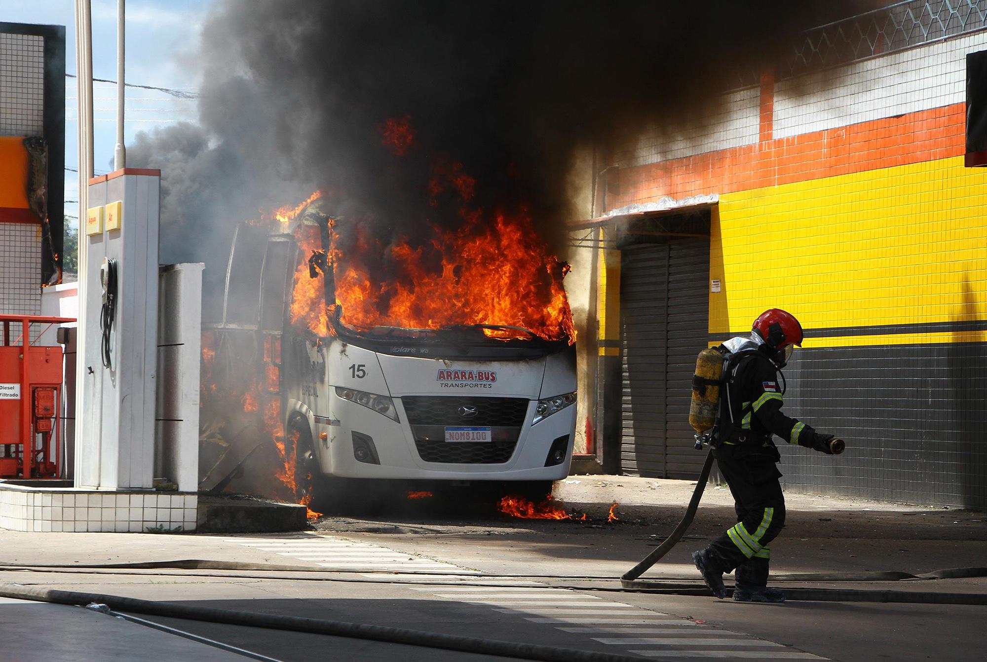 Sob ataque de facção, prefeito de Manaus pede Exército nas ruas. Escolas e  indústrias estão suspensas