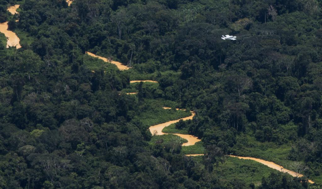Avião sobrevoa garimpo na região do Homoxi na Terra Indígena Yanomami. (Foto: Bruno Kelly/Amazônia Real)