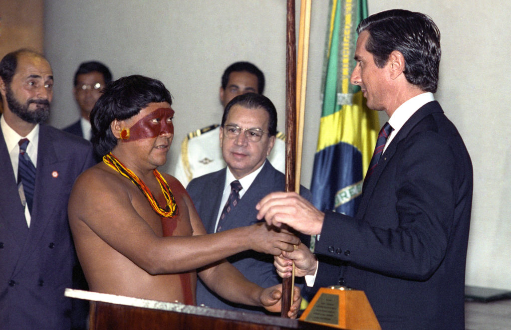O então presidente Fernando Collor de Mello e Davi Kopenawa Yanomami durante solenidade de assinatura da homologação da declaração da Reserva Yanomami, no Palácio do Planalto, em 25/05/1992 (Foto: José Varella/Arquivo AE)