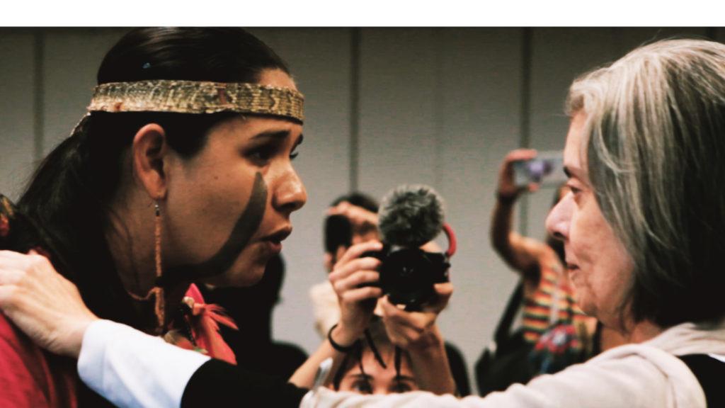 """Shirley Krenak dialoga com a ministra Carmen Lucia, do STF, em cena de """"A Mãe de Todas as lutas"""""""
