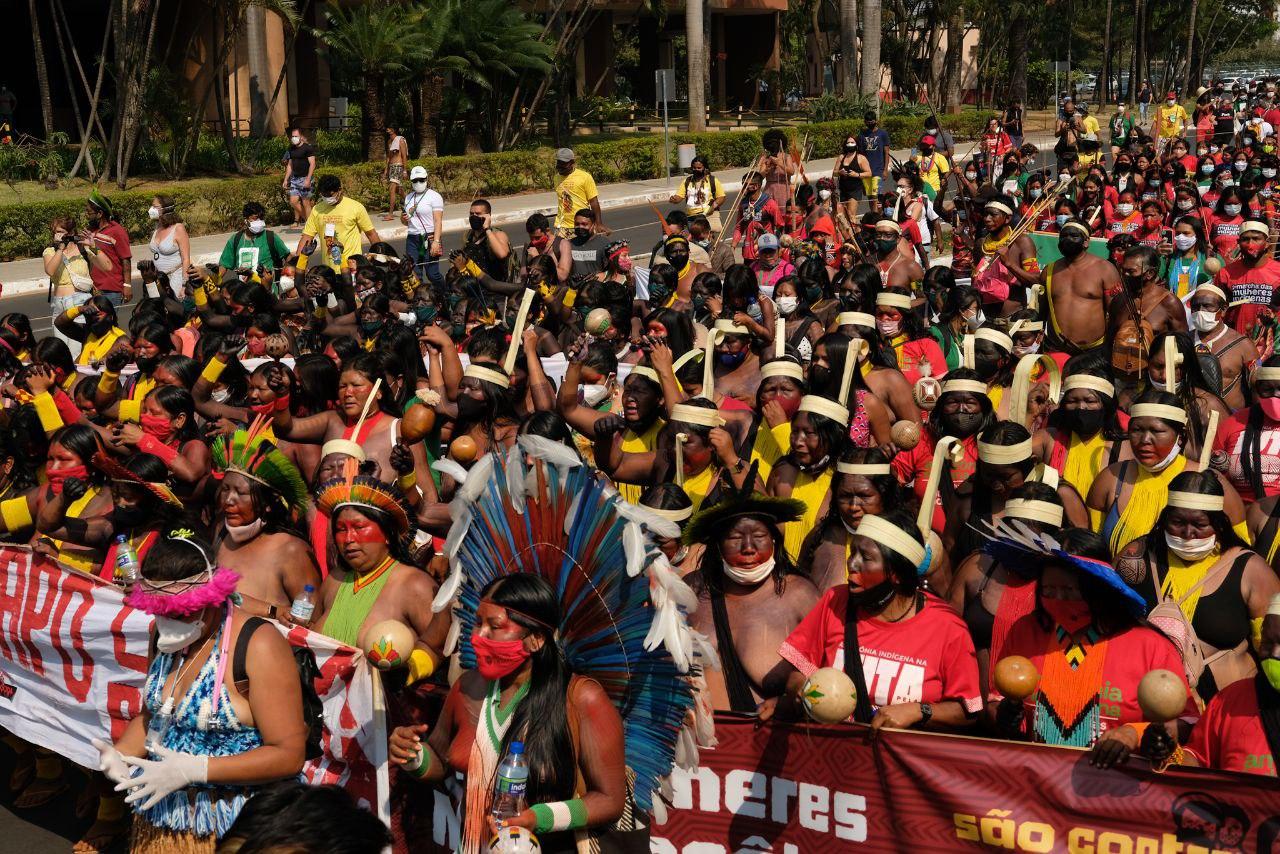 Mulheres marcham e tacam fogo em boneco de Bolsonaro